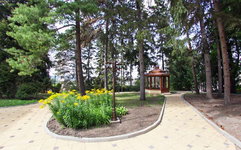 Фото ухоженной территории санатория Красные камни. Кисловодск