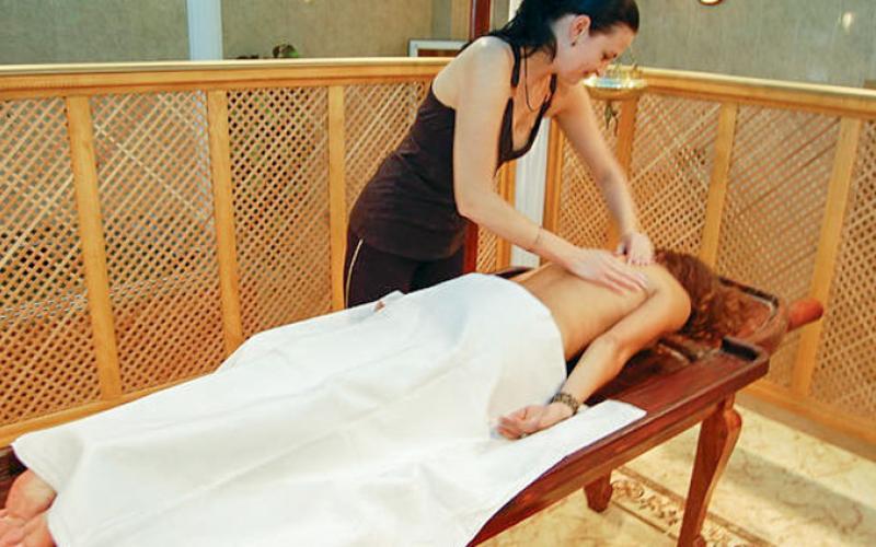 Фотография процедуры массажа в СПА-салоне санатория Вилла Арнест в Кисловодске