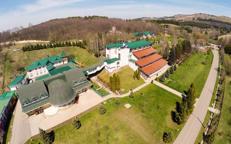 Общий вид на корпуса и прилегающую территорию санатория Вилла Арнест. Кисловодск