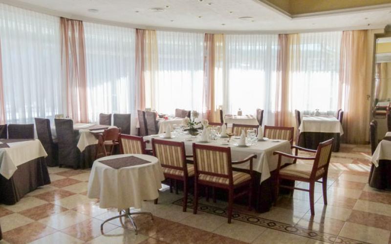 Общий вид зала столовой в санатории Вилла Арнест в Кисловодске