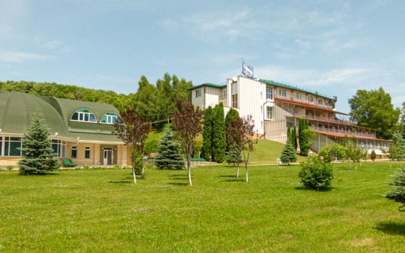 Вид на главный корпус и ухоженную территорию санатория Вилла Арнест. Кисловодск