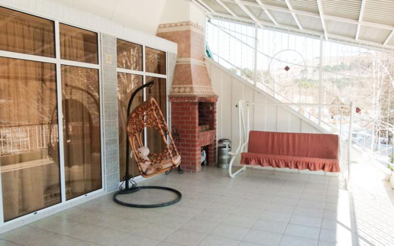 Крытая терраса в спальном корпусе санатория Вилла Арнест в Кисловодске