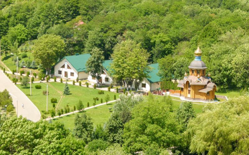 Кисловодск. Озелененная территория со спальными корпусами в санатории Вилла Арнест